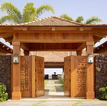 cancello ingresso legno con tettoia