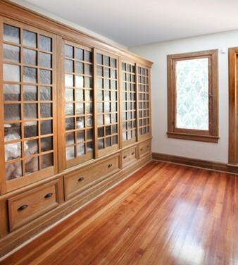 libreria in legno con ante scorrevoli
